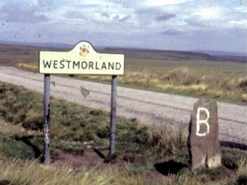 Boundary stone and Road Sign (1970) (Stanley Howe) / CC BY-SA 2.0